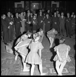 7241-1 Burgemeester Van Walsum, zijn echtgenote en leerlingen van de Rotterdamse Dans Academie waren aanwezig in het ...