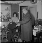 7252 Wethouder R. Langerak overhandigt de aanmoedigingsplaquette van de gemeente Rotterdam aan de heer P. Blanker in de ...