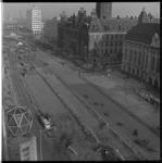 7264 Hoog totaaloverzicht van werkzaamheden aan het wegdek van de Coolsingel richting Hofplein, gezien vanaf hotel ...