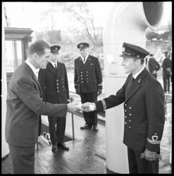 7271-2 Overdracht door mr. J.J. Oyevaar, voorzitter van het Zeekadetkorps, van het opnemingsvaartuig van de Koninklijke ...