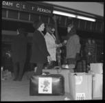 7278 Reizigers van reisorganisatie Roy met ski's op perron 1 van CS in afwachting van de trein naar de wintersport.