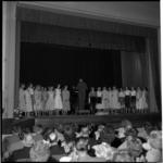728 Optreden van meisjes ter gelegenheid van het 25-jarig bestaan van de meisjesschool te Hillegersberg.