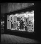 7288 Etalage heren- en jongenskleding-magazijn van de Gebroeders Coster in teken van Holiday on Ice.