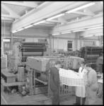 7294 Mannen bekijken een product dat zojuist uit de pers rolt bij Drukkerij en Cartonnagefabriek Holland, gevestigd aan ...