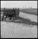 7321-4 ANWB-borden op de Abraham van Rijckevorselweg / Algeraweg op het toekomstige Capelseplein geven de richting aan ...