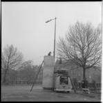 7339 Opbouw reclamezuil (zgn. peperbus; dikke paal) op het kruispunt brug Mathenesserlaan met de Heemraadssingel in ...
