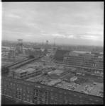 7345-2 Uitzicht vanaf de Laurenstoren richting Hoogstraat, Nieuwstraat met de in aanbouw zijnde Jan Prinsschool en ...