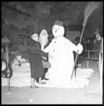 7354 Burgemeestersvrouw Van Walsum-Quispel poseert voor kerstman en sneeuwpop op de Lijnbaan.