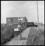 7357-2 Vrouw met kinderwagen wandelt in de Spaanse Polder.