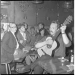 7359 Optreden van zanger-troubadour Peter Blanker in chansonkelder en kaas- en wijnhuis 't Roefje aan de Coolsingel.