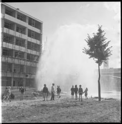 7363 Gesprongen waterleiding als gevolg van bouwwerkzaamheden in Pendrecht, hoek Slinge met de Kerkwervesingel. Een ...