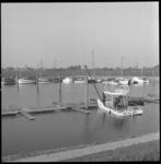 7373 Jachthaven De Waterman aan de Achterzeedijk in Barendrecht, gelegen aan de Oude Maas, in de verte zichtbaar de ...