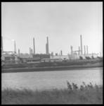 7383-4 (Over het water): opstapplek pendelboot voor werknemers van scheepswerf Wilton Fijenoord,bij het Shell-terrein ...