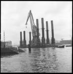 7431 Kraaneiland De Lepelaar gebouwd bij de werf Gusto in Schiedam voor Rijkswaterstaat, op transport naar IJmuiden. ...