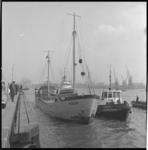 7432 De voor de kust in problemen gekomen Deense coaster 'Majlith' werd naar de Parkkade gesleept.