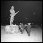 7434 Generaal-majoor der Mariniers G.J.M. van Nass, legt een krans tijdens de dodenherdenking bij het Mariniersmonument ...