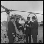 7443 Uitreiking vliegbrevet voor helikopterpiloot bij Schreiner Aero Contractors op vliegveld Zestienhoven.