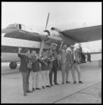 7446 The Dutch Swing College Band gaat op reis vanaf het vliegveld Zestienhoven naar Engeland en van daaruit vijf weken ...