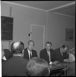 7457 Persconferentie met van links naar rechts commissaris Th. Ardon, en de hoofdinspecteurs F.B.T. Perdijk en K. ...