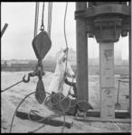 7464 Eerste paal de grond in voor metro-emplacement aan de Hilledijk en Parallelweg door de heer Van Reede, ...