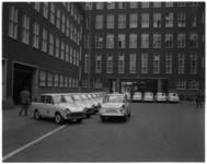 7482 Voor het hoofdbureau van politie aan het Haagseveer staan 24 nieuwe Daffodils politiewagens.