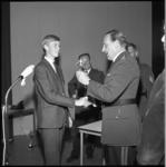 7486 Hoofdcommissaris A. Wolters overhandigt Hermus-elftal aanvoerder Bram de Cocq, de gewonnen beker.