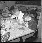 7497 Leerlingen bezig met schilderwerkje in lokaal BLO-school.