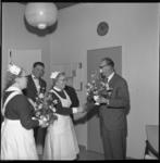 7515 Verpleegkundigen van Dijkzigt Ziekenhuis worden op Valentijnsdag in de directiekamer verrast door de heer H. Stok, ...