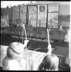 7521 Boogschieten tijdens de bazar in de christelijke Middelbare Meisjes School aan de Essenburgsingel.