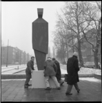 7526 Houten dummy op de plek voor oorlogsmonument 'Ongebroken Verzet', naar een ontwerp van Hubert van Lith; op de kop ...