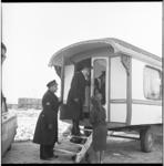 7534-2 Politieagenten bezoeken woonwagen van een zigeunerfamilie Westhiner in Sliedrecht. Zigeuners kwamen samen in ...