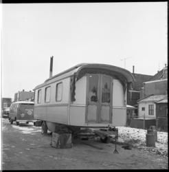 7534-3 Woonwagen van een zigeunerfamilie Westhiner in Sliedrecht. Zigeuners kwamen samen in Sliedrecht i.v.m. het ...