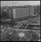 7541-1 Stadsgezicht vanaf Shellgebouw richting Hilton Hotel, op de voorgrond de fontein aan het Hofplein en het ...