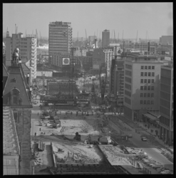 7541-3 Stadsgezicht vanaf het Shell-gebouw op de werkzaamheden Coolsingel aan de metro, links het HBU-gebouw en ...