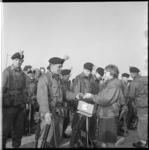7549-2 Militairen van het Engelse regiment Lancashire Rifles (Britse Rijnleger) passeren Hoek van Holland tijdens hun ...