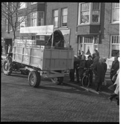 7570-1 Boeren uit Flakkee delen plastic zakjes, gevuld met 2 kilogram aardappelen, uit aan huisvrouwen; dit als protest ...