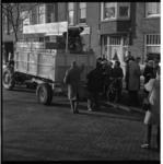 7570-3 Boeren uit Flakkee delen plastic zakjes gevuld met 2 kilogram aardappelen, uit aan huisvrouwen; dit als protest ...