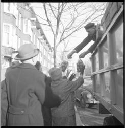 7570-4 Boeren uit Flakkee delen plastic zakjes, gevuld met 2 kilogram aardappelen, uit aan huisvrouwen; dit als protest ...