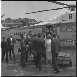 7583-1 Aankomst van de populaire zanger Salvatore Adamo en zangeres Francoise Hardy op Heliport met de SABENA helikopter .