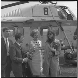 7583-2 Aankomst van de populaire zanger Salvatore Adamo en zangeres Francoise Hardy op Heliport met de SABENA helikopter .