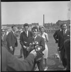 7583-3 Aankomst van de populaire zanger Salvatore Adamo en zangeres Francoise Hardy op Heliport met de SABENA helikopter .