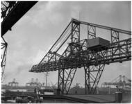 759 Een nieuwe laadbrug bij bij stuwadoorsbedrijf Cornelis Swarttouw bij pier 6 aan de Waalhaven.
