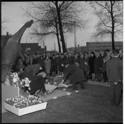 7593-1 Kranslegging bij Marini's beeld de Vallende Ruiter op het Zuidplein in verband met de dodenherdenking. Winkels ...