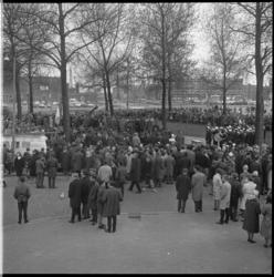 7593-2 Namens de U.L.O.-leerlingen van alle scholen in Rotterdam-Zuid legden scholieren een Nederlandse vlag bij het ...