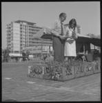 7594 Bloemenmarkt op het Schouwburgplein, op de achtergrond een van de Lijnbaanflats.