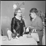 7598 Betsie Engers viert in de synagoge aan de Paetsstraat haar 75e verjaardag en haar 50-jarig jubileum met haar ...