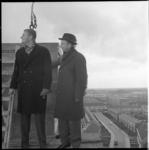 7621 Hoogste punt van stadhuis Capelle aan den IJssel, aan het Slotplein. Rechts (met hoed) burgemeester Van Dijk.