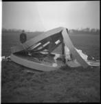 7630-1 Een Alouette-2 helicopter van Schreiners Aerocontractors NV liet de reclamelichtbak in het weiland vallen.