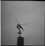 7630-2 Een Alouette-2 helicopter van Schreiners Aerocontractors NV hangt boven een object om een frame aan te brengen ...