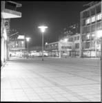 7634-1 Verlaten Stadhuisplein in avondlicht met lunchroom Ruteck's en ingang bioscoop Corso en de Lijnbaan.